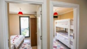 غرفتين بجانب بعض فيها 3 اسرة
