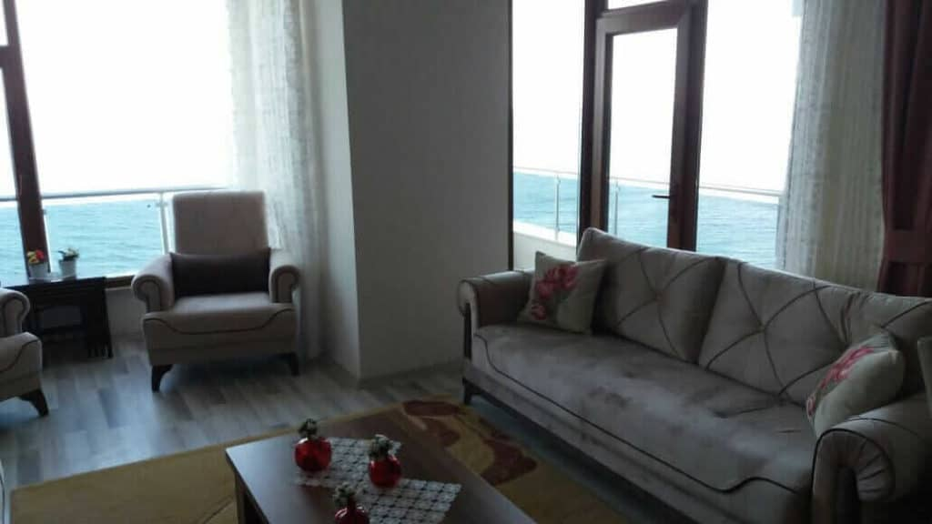 غرفة جلوس مع شرفة على البحر مباشرة