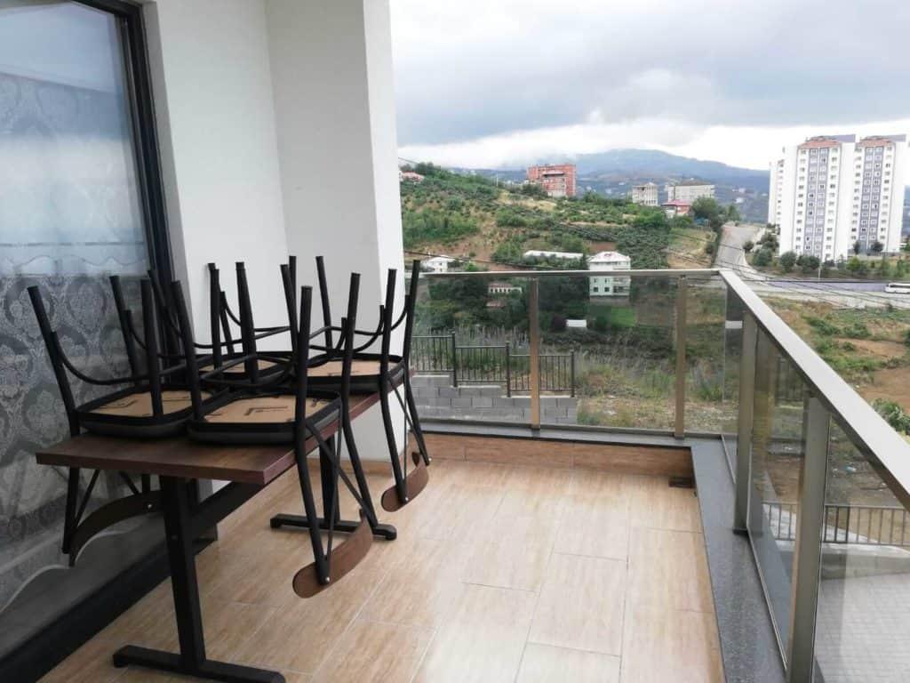 شرفة مع طاولة وكراسي