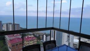 واجهة شرفة زجاجية مطلة على البحر