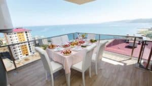 شرفة رائعة على البحر مع طاولة كراسي