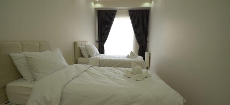 غرفة اطفال مع سريرين