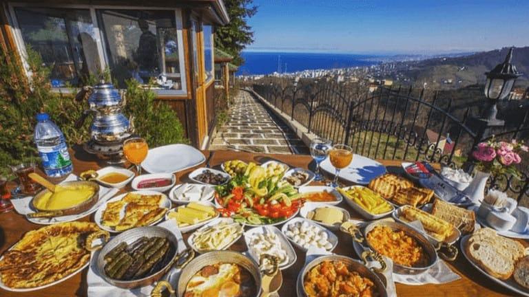 افطار تركي رائع على الطبيعة والبحر