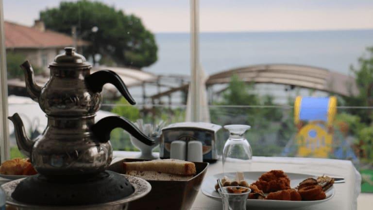 ابريق شاي تركي في مطعم مع اطلالة على البحر في طرابزون