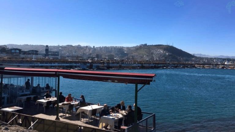 مطعم سمك بجلسات على البحر في طرابزون