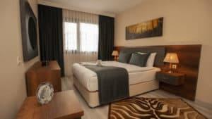 سرير مزدوج مع لوحة وستائر