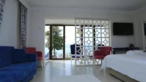 غرفة مع شرفة مطلة على البحيرة