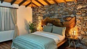 غرفة بسرير مزدوج وديكور خشبي