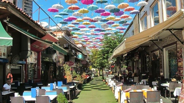 شارع المظلات في انطاليا